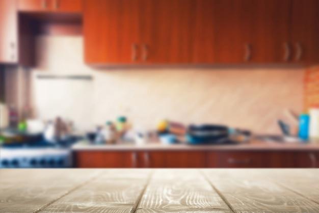 Tavolo in legno per la presentazione del prodotto su sfondo sfocato cucina