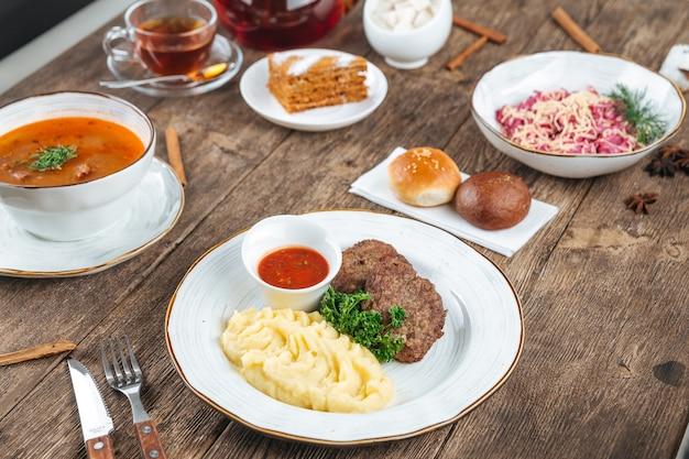 Tavolo in legno servito con piatti russi per pranzo