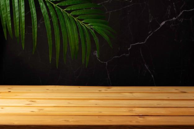 Tavolo in legno per esposizione e presentazione del prodotto, estate e foglie di palma