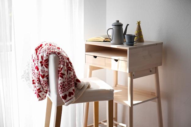 Tavolo e sgabello in legno all'interno della stanza