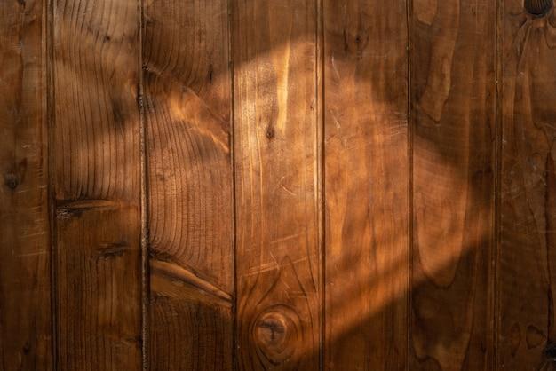 Piano del tavolo in legno con luce dalla finestra