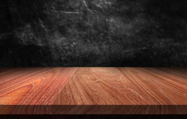 Tavolo in legno con sfondo sfocato scuro.