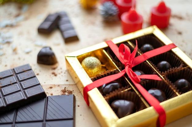 Tavolo in legno con golosità, un sacco di cioccolato e decorazioni, vista dall'alto