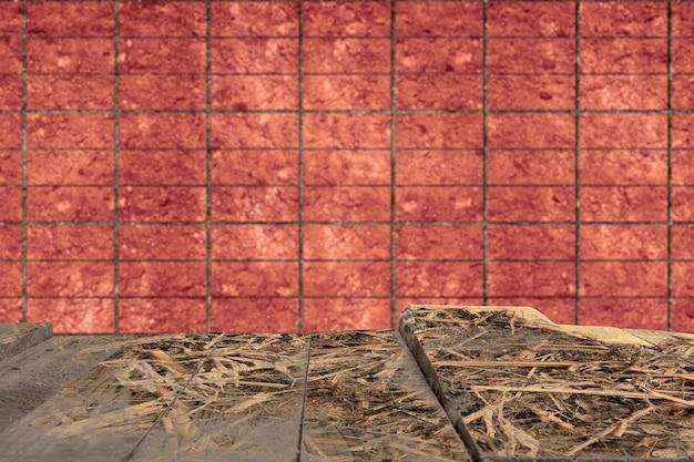 Tavolo in legno con sfondo muro di mattoni rossi