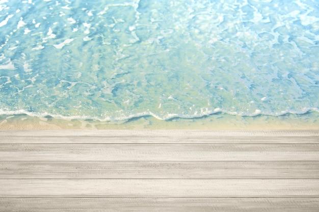 Tavolo in legno con onde d'acqua sulla spiaggia