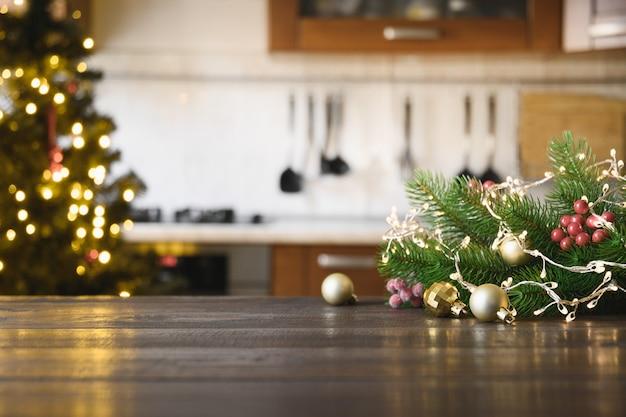 Piano del tavolo in legno con decorazioni natalizie in cucina