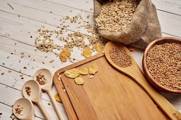 Stoviglie in legno per la colazione ingredienti cucina in legno sfondo