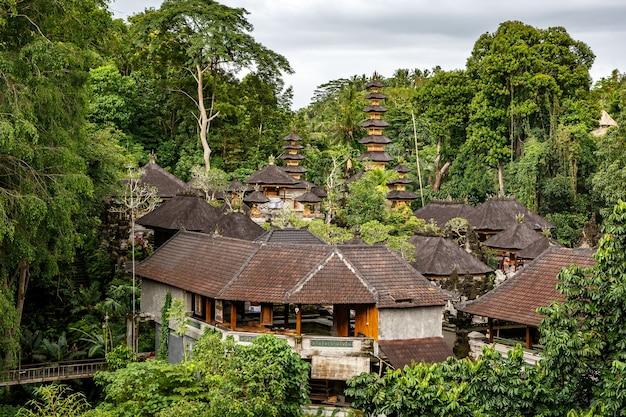 Tempio di legno nella giungla dell'isola di bali.