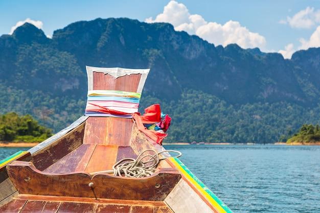 Barca tradizionale tailandese di legno dalla coda lunga sul lago cheow lan in thailandia