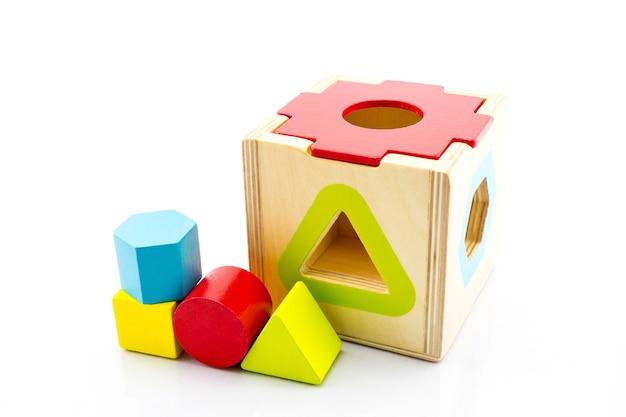 Giocattolo in legno per neonati, bambini isolati su sfondo bianco