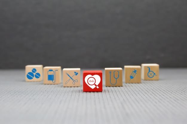 Blocco giocattolo in legno con icone mediche e sanitarie.