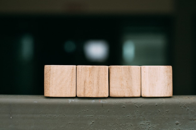 Blocchi giocattolo in legno su sfondo scuro
