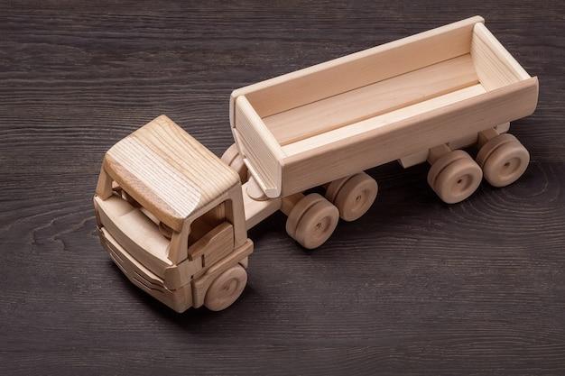 Vista dall'alto di auto giocattolo in legno