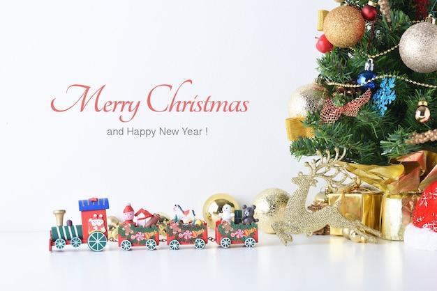 Trenino di legno in buon natale e felice anno nuovo con palle di celebrazione