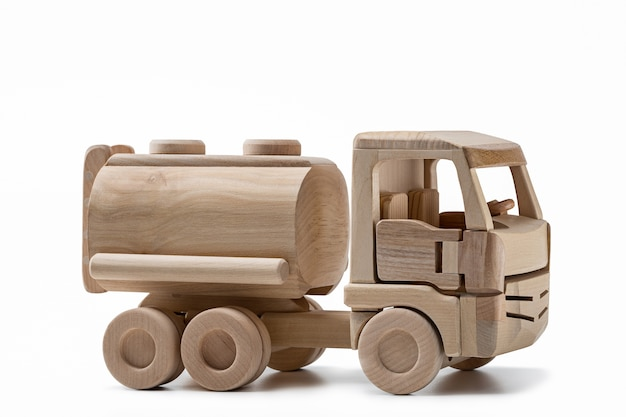 Camion giocattolo in legno con cisterna per il trasporto di carburante.