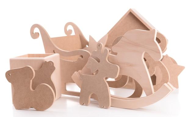 Giocattoli in legno per decorazioni fatte a mano, isolati su bianco