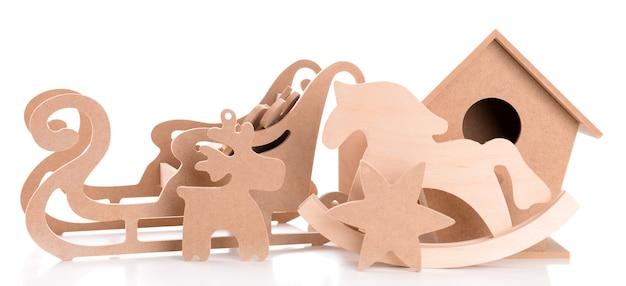 Giocattoli in legno per decorazioni fatte a mano isolate
