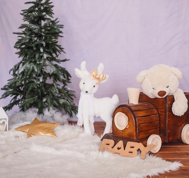 Treno in legno con un orso e cervi giocattolo bianco