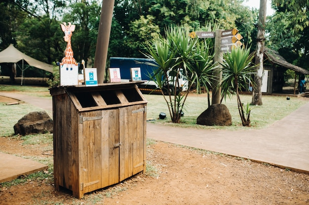 Pattumiera in legno per raccogliere separatamente plastica, cartone e prodotti biologici in un parco dell'isola di mauritius.