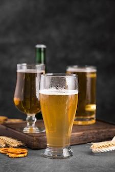 Vassoio in legno con un bicchiere di birra