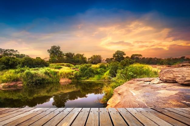 Passerella di legno al punto di vista del parco di pietra naturale nell'ora del tramonto