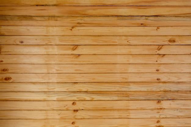 Parete in legno composta da sottili tavole leggere non verniciate