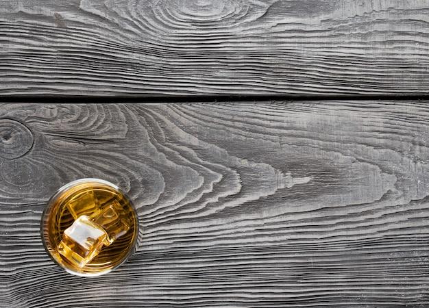 In legno con un bicchiere di whisky