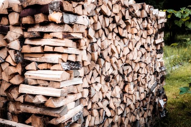 Una catasta di legna con raccolta e legna da ardere accatastata di legna tagliata per accendere e riscaldare la casa. legna da ardere della betulla