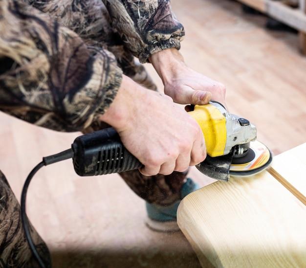 Lavorazione del legno in un laboratorio di falegnameria