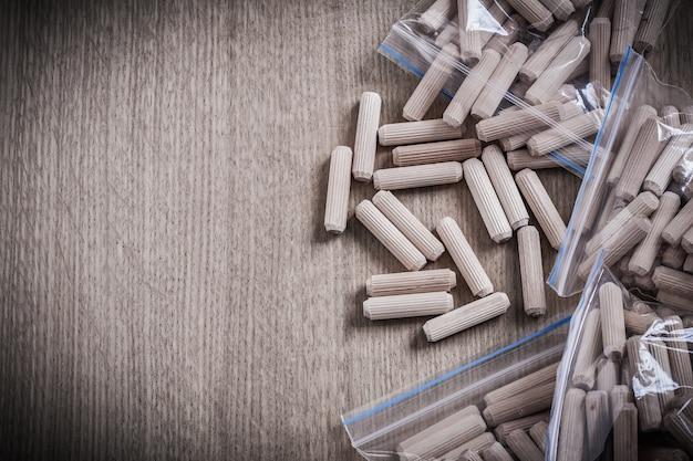 Tasselli per la lavorazione del legno sullo spazio della copia della tavola di legno