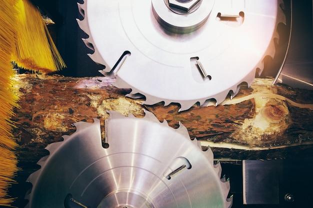 Segheria per la lavorazione del legno. segheria su una fabbricazione di legno. segheria moderna. tavole da taglio industriali da tronchi