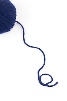 Palla di lana per maglieria su sfondo bianco