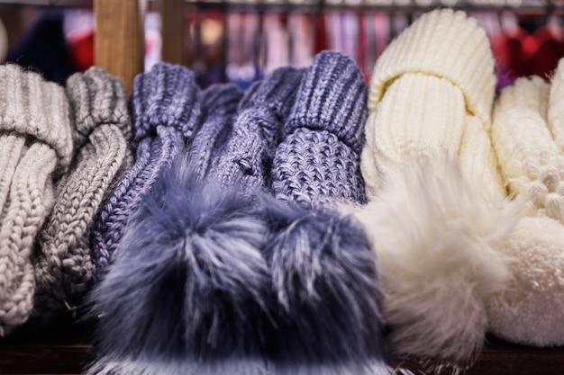 Cappelli invernali lanosi sul bancone del negozio. avvicinamento.