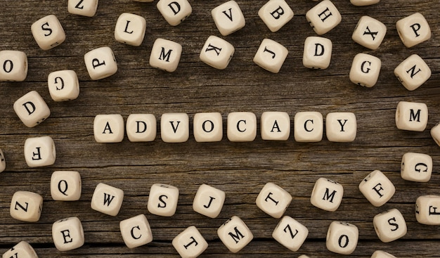 Parola advocacy scritta sul blocco di legno