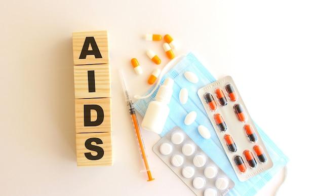 La parola aids è composta da cubi di legno