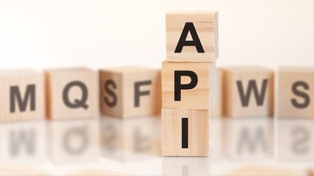Api di parole da blocchi di legno con lettere, concetto