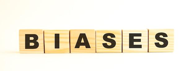 La parola biases cubi di legno con lettere isolate