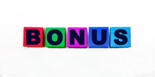 La parola bonus è scritta su cubi colorati su sfondo chiaro.