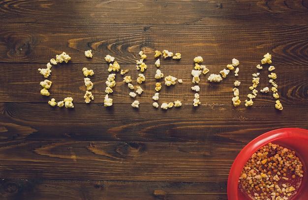 Word cinema fatto di popcorn su una vecchia scrivania in legno