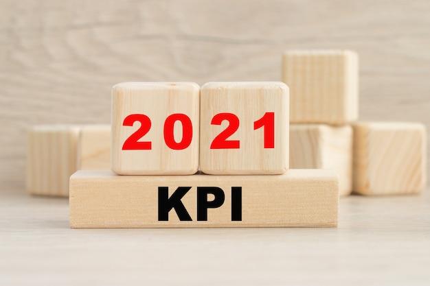 Concetto di parola scritto su un tavolo luminoso. parola di concetto 2021 kpi sui cubi
