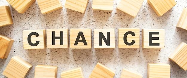 La parola è composta da cubi di legno con lettere.