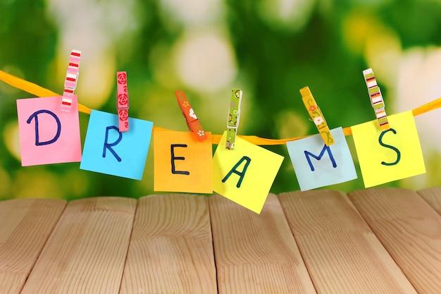 La parola sogni sul tavolo di legno Foto Premium