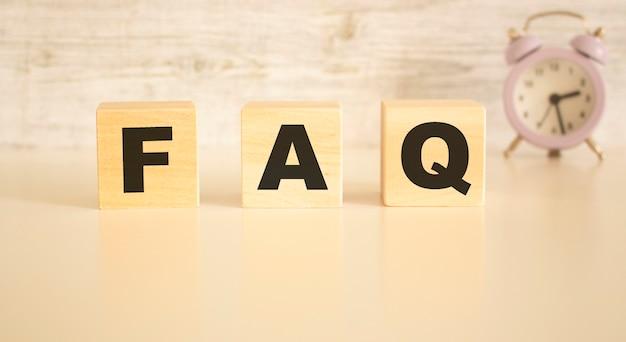 La parola faq è composta da cubi di legno con lettere, vista dall'alto