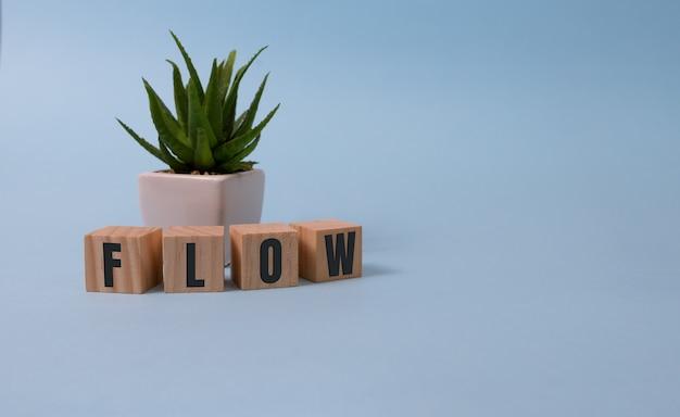 Flusso di parole. piccoli cubi di legno con lettere isolate su bianco