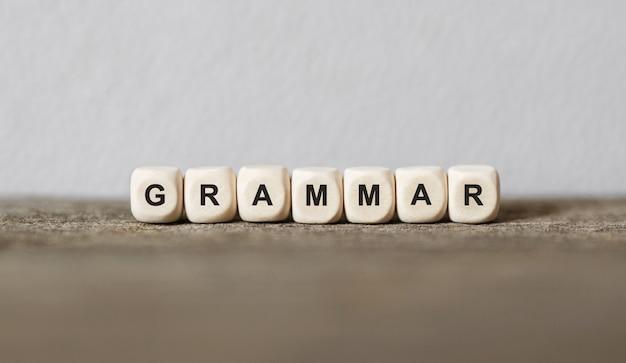Parola grammatica realizzata con blocchi di legno, immagine di stock