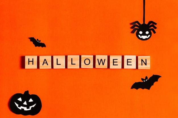 Parola halloween fatta da blocchi di legno con scritte