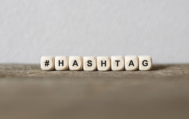 Parola hashtag realizzata con blocchi di legno, immagine di stock