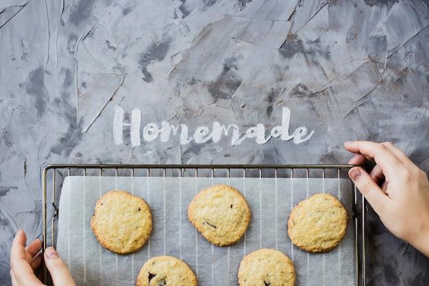 La parola fatta in casa è scritta su uno sfondo grigio concreto di farina