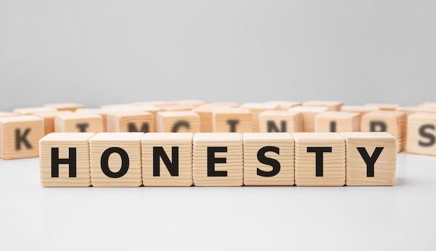 Parola onestà realizzata con blocchi di legno
