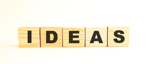 La parola idee. cubi di legno con lettere isolate su superficie bianca. immagine concettuale.